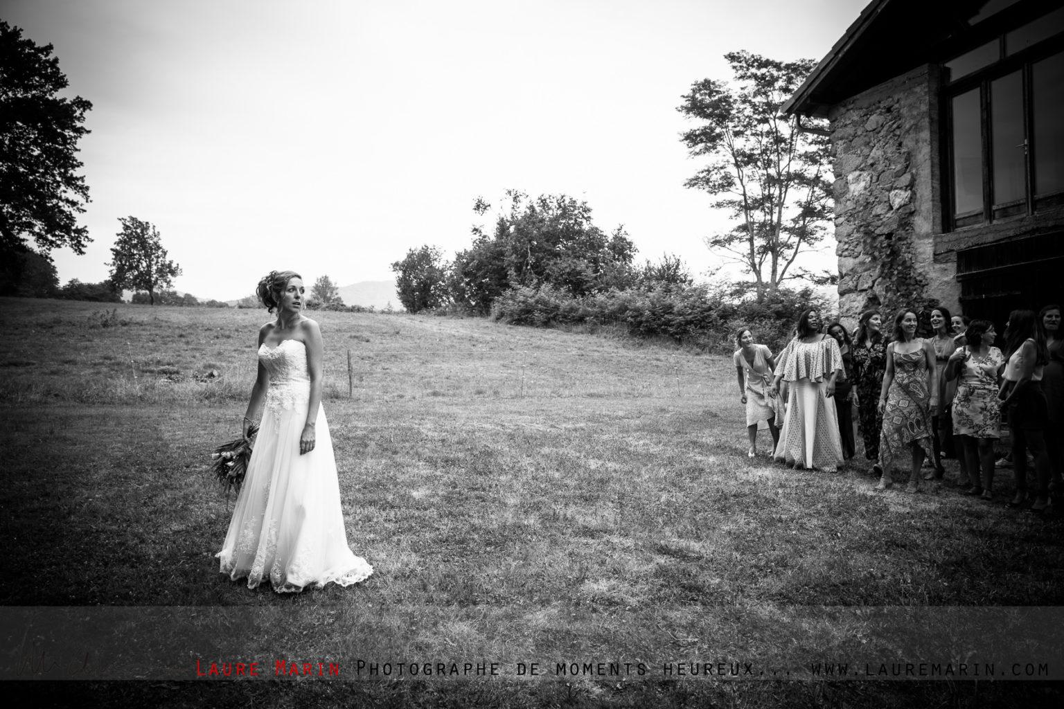© Laure Marin Photographe Mariage Lancer de bouquet_108124