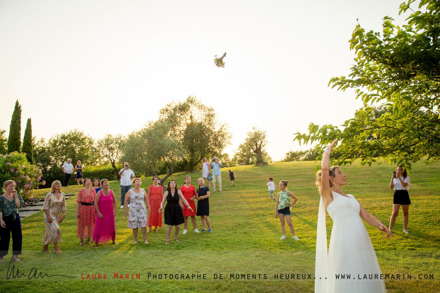© Laure Marin Photographe Mariage Lancer de bouquet_85102