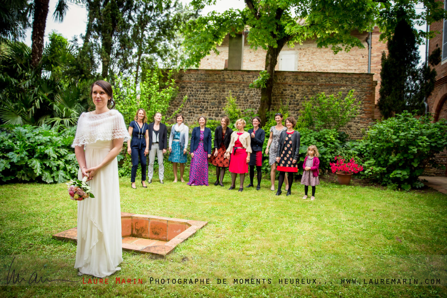 © Laure Marin Photographe Mariage Lancer de bouquet_4956